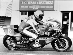 Mike 'The Bike' Hailwood is considered by many as one of the greatest riders in the history of GP racing. After an break in motorcycle racing he returned in the 1978 Isle of Man competition and took a shocking victory on a Ducati Motorcycle Racers, Ducati Motorcycles, Vintage Motorcycles, Besties, Ducati 900ss, Road Racing, Custom Bikes, Motogp, History