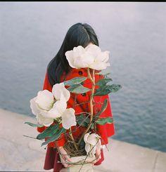 hidden face and beautiful flower Ikebana, Colorful Roses, Selfies, Beautiful Flowers, White Flowers, Giant Flowers, Art Photography, Instagram, Florals