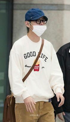 Tae arriving at the Incheon Airport 2019 Daegu, Bts Airport, Airport Style, Airport Fashion, Gyu, Jimin, I Love Bts, Kpop, V Taehyung