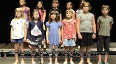 """Agur - Abesbatza Galdua (Berriozar - Euskal Herria). Vídeo,  en el que el coro de alumnos de la escuela de música de Berriozar, con Peio Reparaz a la cabeza, nos escenifica  y nos recuerdan que: """"Cada 3 segundos muere un niño en el mundo"""""""