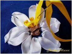 """Gallery.ru / Фото #1 - НАРЦИСС – МК Галины Масюк - handmake Шаг 7. Лентой жёлтого цвета (6мм) от середины и по кругу """"стежками с завитком"""" вышила """"граммофончик"""", серединку цветка. Завитки у стежков не затягивала, наоборот, чем кудрявее, тем лучше."""