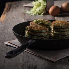 Ингредиенты: 500г цукини 150г сыра фета 2 яйца 50г муки черный перец Для соуса: 150г натурального нежирного йогурта 1 крупн...