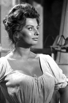 Sophia Loren on the set of Madame Sans-Gene, 1961 Old Hollywood Stars, Hollywood Actor, Vintage Hollywood, Classic Hollywood, Classic Actresses, Classic Films, Actors & Actresses, Divas, Sophia Loren Images