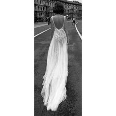 Bom dia lind@s. A inspiração de hoje vai para as noivas que ainda não acharam o vestido perfeito. Reparem nos detalhes e no decote das costas. Lindo, hein?! #casarei #casamento #wedding #instawed #instawedding #noivas #noiva #bride #bridal #bridedress #vestidodenoiva #bridalgown