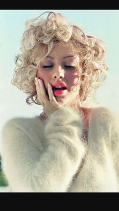 Top 40 Most Beautiful Hair Looks of Christina Aguilera - Pretty Designs Wavy Haircuts, Retro Hairstyles, Down Hairstyles, Summer Hairstyles, Medium Curls, Short Curls, Long Faces, Long Braids, My Hairstyle