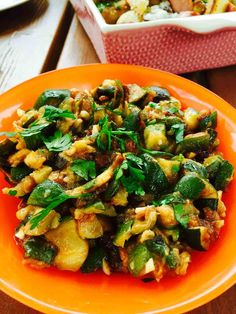 It's summer, the best season for a zucchini or courgette salad, a quick to prepare, garlic friendly, tasty summer salad. Makes a great BBQ side. See recipe... Summer Dishes, Summer Salads, Summer Food, Side Dish Recipes, Side Dishes, Dinner Recipes, Zucchini Salad, Large Salad Bowl, Vegan Recipes Easy