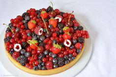 Wie ein Sommerkuss - Tarte mit roten Früchten. Erdbeeren, Kirschen, Himbeeren, Brombeeren u. Blaubeeren auf einer Mandelcreme und alles auf süßem Mürbeteig.