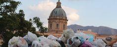 Offerte di lavoro Palermo  Si aggrava lemergenza rifiuti in città. Cumuli di immondizia dalla periferia al centro storico alle borgate marinar  #annuncio #pagato #jobs #Italia #Sicilia Palermo: turisti a passeggio tra i cumuli di spazzatura