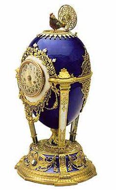 HUEVO DEL CUCO | Fabricado en 1890, hoy en día se calcula que vale entre cinco y siete millones de dólares. El huevo, de estilo barroco, está decorado con esmalte violeta y tiene un reloj de mesa en el frontal. Al presionar un pequeño botón de oro en la parte superior del huevo sale un cuco, que mueve sus alas