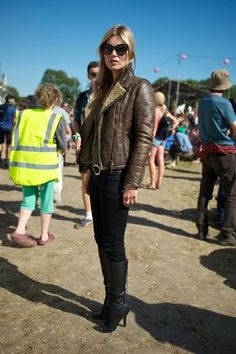 Kate Moss maintained her cool-girl reputation in a shearling leather jacket, black skinny denim, black leather boots, and dramatic cat-eye sunglasses at the 2013 Glastonbury Festival. Glam Rock, Hippie Look, Toni Garrn, Naomi Campbell, Poppy Delevingne, Isabel Marant, Estilo Kate Moss, Jamie Hince, Estilo Glam