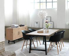Gjør spisestuen til en perfekt samlingsplass for familien med KALVEHAVE spisestuestoler og GADESKOV spisebord