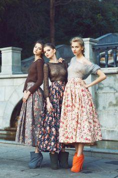 comment porter une jupe maxi avec motif floral