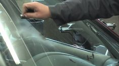 keep razor blade in glove box to clean windshield without water or squeegee Clean Car Windshield, Windshield Cleaner, Car Wiper, Laminated Glass, Clean Your Car, Front Windows, Car Hacks, Car Crash, Car Cleaning