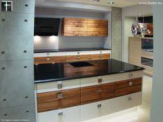 Blaty do kuchni z czarnego kamienia oraz kontrastujące fronty kuchenne #kitchen #arragments #kuchnia #homedecor #home #exclusive