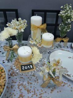 velas + fitas douradas + flores + estrelinhas douradas + lentilhas pintadas de dourado = decoração de reveillon