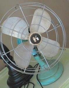 Love this vintage fan.