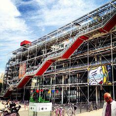 Dans le centre Pompidou, il ya la bibliotheque et le musée d'art national, le plus grand musée d'art en Europe.