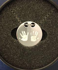 die Handabdrücker deiner Liebsten, verewigt auf einem hochwertigen Silberanhänger Silver, Jewelry, Silver Pendants, Amor, Jewlery, Money, Jewels, Jewerly, Jewelery