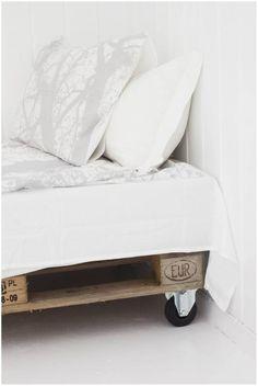 Palette day bed on wheels Pallet House, Pallet Beds, Pallet Furniture, Pallet Wood, Diy Pallet, Vintage Bedroom Decor, Wood Beds, Guest Bed, Home Bedroom