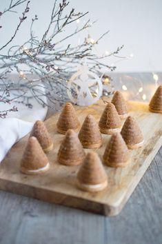 SUGARTOWN: Perníkovo-karamelová vosí hnízda s vlašskými ořechy Christmas Sweets, Christmas Baking, Christmas Cookies, Pie Tops, Sweet Recipes, Food And Drink, Cheese, Cooking, Cake