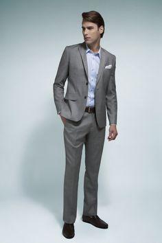 Camisa azul claro, blazer e calça cáqui em lã fria, cinto e mocassim de couro café. A combinação do blazer com a calça na tonalidade clara dão uma proposta mais verão.