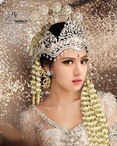 Irene Red Velvet, Wendy Red Velvet, Make Up Bride, Bridal Make Up, Wedding Beauty, Wedding Makeup, Indonesian Wedding, Model Kebaya, Backyard Wedding Lighting