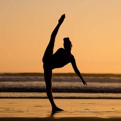 26 Breathtaking Shots of Ballerinas Against Stunning Beach Backdrops Dance Picture Poses, Dance Photo Shoot, Dance Poses, Dance Pictures, Beach Pictures, Beach Gymnastics, Gymnastics Poses, Beach Dance Photography, Yoga Position