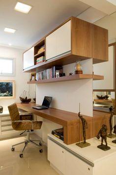 escritorio com madeira e espelho que amplia e cria um ambiente mais aconchegante.