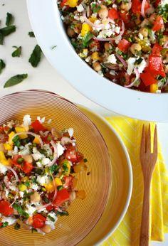 Deze vegetarische rijstsalade met paprika en feta is zomers en vullend. Ook perfect als bijgerecht bij de barbecue. Met kikkererwten en verse kruiden.