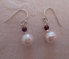 Boucles d'oreilles perle d'eau douce, grenat Pearl Earrings, Drop Earrings, White Beads, Creations, Pearls, Black, Jewelry, Water Beads, Fresh Water