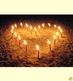 Fackeln und Wachsfackeln können auch für romantische Gesten verwendet werden, wie beispielsweise ein Herz aus Fackeln.
