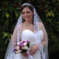 Bella novia con un bouquet en tonos lilas , morados y blancos.