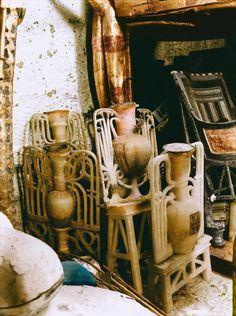 Tumba De Tutankamón - Diciembre de 1922: Vasos adornados y tallados de alabastro en la antecámara.