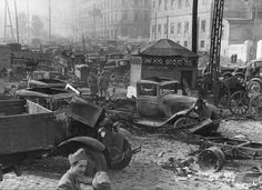 1941, Union Soviétique, Odessa, Des soldats roumains inspectent du matériel abondonné par les russes lors de l'abandon de la ville