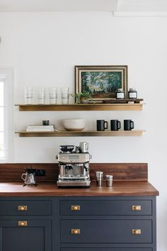 The best way to build your own Coffee Counter at Work, these ways will Leave you speechless Classic Home Decor, Classic House, Modern Classic, Mid-century Modern, Home Interior, Kitchen Interior, Interior Design, Natural Living, Café Design
