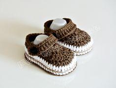 chaussons bébé type crocs (marron, + une paire de barrettes beiges)
