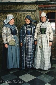 [Three women, all in different forms of mourning. The central one is in heavy mourning. The left, married woman shows a light form of mourning just like the most right, unmarried woman.] Drie vrouwen, allemaal in diverse vormen van rouw. Hoe donkerder hoe zwaarder de rouw. De linker, getrouwde vrouw draagt net als de meest rechtse, ongetrouwde vrouw een lichte vorm van rouw. © 1998 Aald Hielpen.