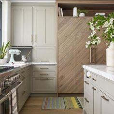 Kitchen Drawer Handles, Brass Kitchen, Kitchen Drawers, Kitchen Cabinets, Brass Handles, Beautiful Kitchens, Beautiful Homes, Kitchen New York, Kitchen Pictures