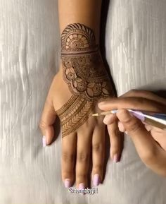 Henna Flower Designs, Full Mehndi Designs, Henna Tattoo Designs Simple, Mehndi Designs For Beginners, Mehndi Designs For Girls, Mehndi Design Photos, Wedding Mehndi Designs, Henna Designs Easy, Mehndi Designs For Hands