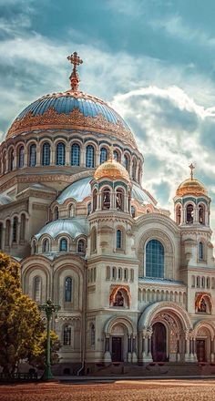 Saint Nicholas Naval Cathedral in Kronstadt, St. Petersburg, and is the second largest cathedral in Russia. Architecture Cool, Cathedral Architecture, Russian Architecture, Sacred Architecture, Beautiful Castles, Beautiful Buildings, Fantasy Places, Cathedral Church, Interesting Buildings