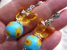 Ausgefallene und leichte Ohrringe für die Freunde der Sonnenblumen und Schmetterlinge ohne durchstochene Ohrläppchen.     Dank der Schraube ist der le