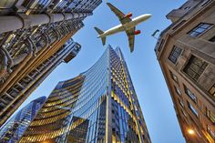 Fotos perfectas: A jet plane flying over the city by pbombaert