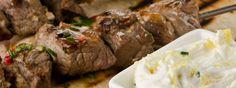 Kebabs griegos de cordero con salsa de yoghurt, es una receta típica de Grecia, es una combinación exquisita ideal para cualquier ocasión, no te la pierdas.