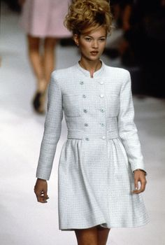 Pictures of the Chanel Runway from 1996 Cindy Crawford Naomi Campbell Kate Moss Chanel Outfit, Chanel Dress, Chanel Jacket, Chanel Fashion, Chanel Coat, Chanel Style, Fashion Mode, 90s Fashion, Runway Fashion