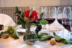 Lähtisitkö luomuviini-illalliselle? (ARVONTA!) /// Kiinnostavatko luomu-, biodynaamiset ja alku- eli naturaaliviinit? Osallistu ARVONTAAN ja voit voittaa lähi- ja luomuraaka-aineista koostetun, neljän ruokalajin illallisen viineineen kahdelle karta… Glass Vase, Table Decorations, Furniture, Home Decor, Decoration Home, Room Decor, Home Furnishings, Home Interior Design, Dinner Table Decorations