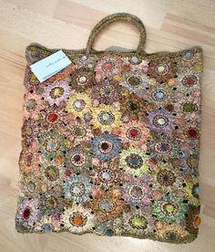 Tapestry Crochet Patterns, Crotchet Patterns, Granny Square Crochet Pattern, Crochet Art, Crochet Home, Love Crochet, Crotchet Bags, Applique Stitches, Creative Bag