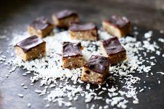 Godaste hälsogodiset – utan tillsatt socker | Catarina Königs matblogg Healthy Sweets, Healthy Baking, Healthy Snacks, Raw Food Recipes, Sweet Recipes, Cake Recipes, Chocolate Treats, Vegan Treats, Paleo Dessert