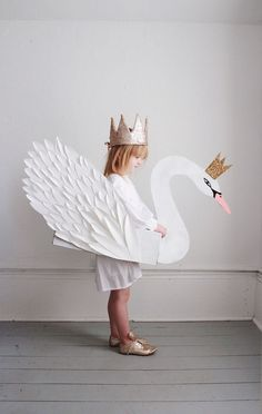 Beautiful children's paper swan with a crown costume Carneval Halloween Karneval Fasching Kostüm Verkleidung DIY Costume Halloween, Fall Halloween, Halloween Crafts, Diy Halloween Costumes For Kids, Animal Costumes For Kids, Holiday Crafts, Kinder Valentines, Little Valentine, Valentine Box