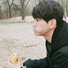Why is he so cute eating like can you eat my life away Pretty Boys, Cute Boys, Music Awards 2017, Ong Seung Woo, First Boyfriend, Aesthetic Boy, Seong, 3 In One, Love At First Sight