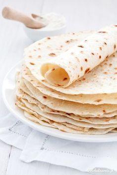 Przepis na idealne tortille pszenne. Świetne w smaku i elastyczne - można je napełnić dowolnym nadzieniem lub zrobić z nich wrapy na imprezy.